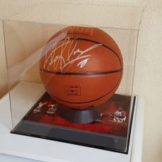 Dennis Rodman - hand signed oficial NBA Spalding Basketball in Display Case Vitrine + COA + Photo