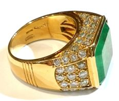 Gold ring with 12 ct emerald, and 2.20 ct in diamonds