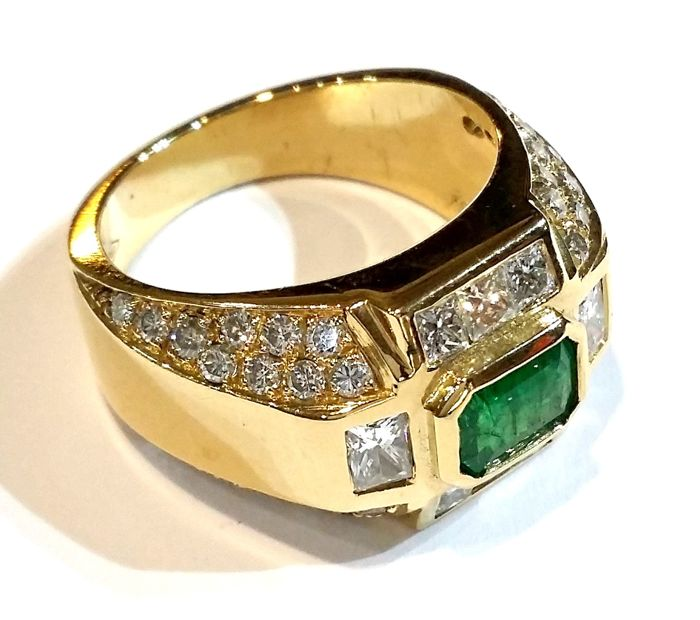 Gold ring with 1.20 ct emerald and 1.60 ct diamonds
