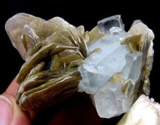 Clear aquamarine crystals with muscovite - 6,4x4,8x3,2 cm. - 82 gm