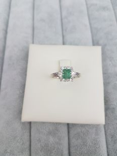 White gold ring from the '50s with emerald and diamonds. Made in Italy