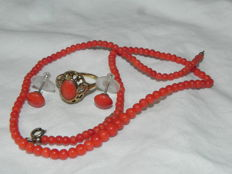 Coral necklace 40 cm, gold ring 333, size 17.8 mm and ear studs