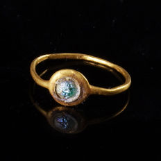 Roman gold ring with iridescent glass cabochon - 14,6 mm