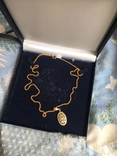 22 kt gold necklace and pendant, with diamonds, 3 ct in total.