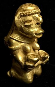 South America , Indian   native woman with milk bowls  , Tumbaga Gold ,  anthropomorphic artifact , Colombia , Tairona Culture  - 46 x 24 mm , 27,80  grs