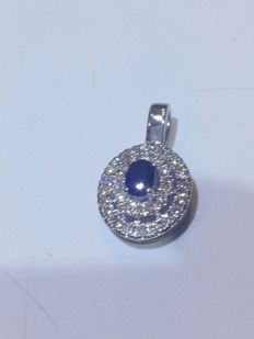 18 kt white gold pendant with 0.22 ct diamonds and central sapphire – Size: 1 x 1.2 cm