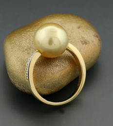 South Sea pearl and brilliant ring, one gold South Sea pearl of 12.4 mm diameter, 750 yellow gold --no reserve--