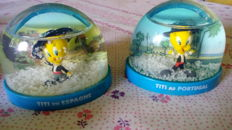 Tweety Pie - Lot 60 plastic Tweety Pie snow globes, with worldwide country figurines - TM & Warner Bros. Entertainment