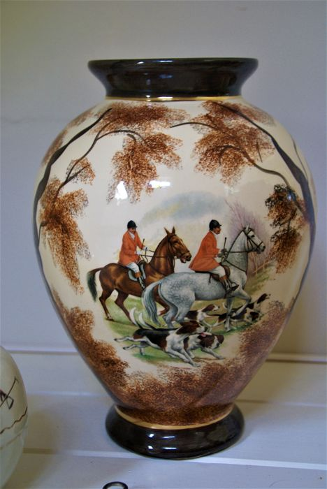 Lot of home decoration, with decoration of horses.