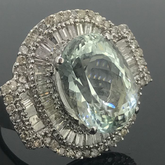 Ring with natural Aquamarine of 7.92 ct - 15 x 11.03 x 8.41 mm - Natural diamonds of 1.93 ct - 18 kt Gold 750/1000