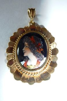 Yellow gold pendant with a woman's head