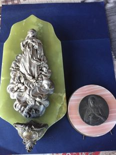 1960 - Home Stoup Virgin Mary with five little angels on a natural green Onyx support.