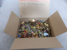 Huge collection metal pins in cardboard box, about 3.2 kg. Approx. 1600 - 1700 pieces.