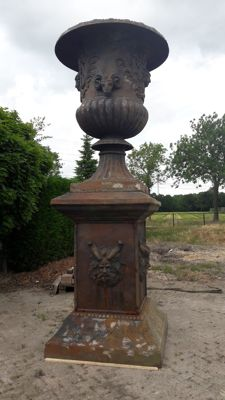 Monumental Castle vase with pedestal 3 piece cast iron - 1000 kg/height total 3.90 m