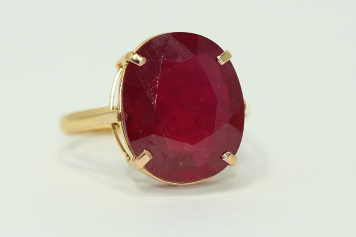 18 kt gold ring set with a 10 ct ruby, size 59.