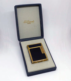 ST Dupont, Paris - Lighter in Chinese lacquer and gold plating in box.