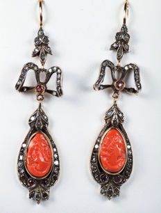 Gold earrings with engraved oval-shaped coral stones, rubies and diamonds – 6.5 cm.