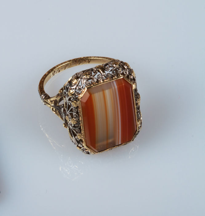 Yellow and white gold ring (18 kt) with agate of Botswana - antique style engravings - EU size:  15/16