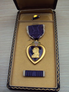 "US: purple heart Medal of the WW2 version with ""slot brooche"" connection and the accompanying box and pins"