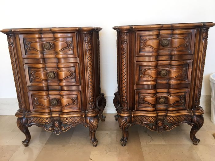 A pair of walnut nightstands in Baroque style - Italy, early 20th century