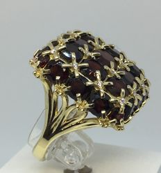14kt Gold ring with 11.0 ct  garnet with 16 diamonds - size 18.0
