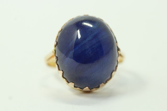 18 kt gold ring set with a 35 ct blue sapphire, size 59.