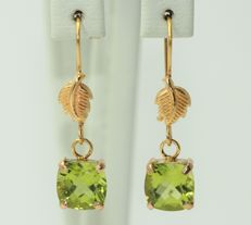 18 kt gold earrings set with peridot 8 x 8 mm - 2.25 grams