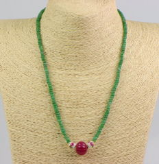 Chain consisting of emerald beads, ruby and porcelain. 14 kt yellow gold; length approx. 53.5 cm
