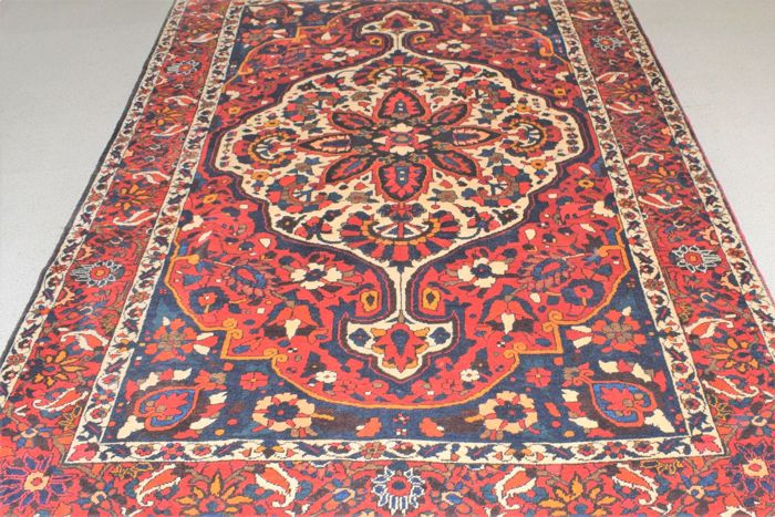 Persian rug (Iranian Nomads Bakhtiar) – second half of the previous century 260 x 170 cm.