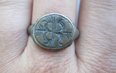 Medieval bronze ring with ornament d20mm