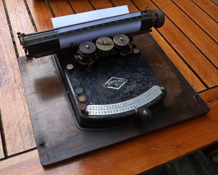Gundka Frolio 5 - antique typewriter with index hand - Manufactured from 1924 to 1930, Gundka Werke Brandenburg (D)