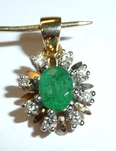 Pendant made of 14 kt / 585 yellow gold/white gold with 1 emerald and 8 diamonds; length 20 mm, width 11.5 mm, thickness 7 mm