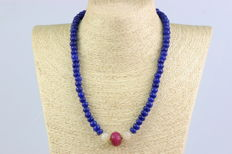 Necklace consisting of carved sapphires beads, ruby and agate beads. 14 kt yellow gold, length approx. 53 cm