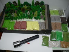 Scenery H0 - Lot with 80 trees, 1 electr. grass spreader and 22 bags of litter