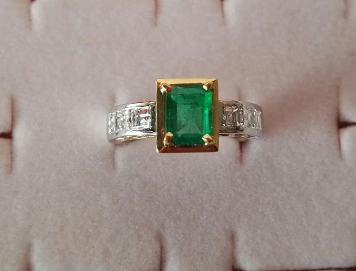 18 kt Yellow and white gold ring with diamonds and emerald of 2.25 ct in total - Size 16