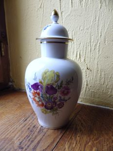 Meissen - Vase with lid, floral style