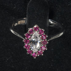 18 ct gold ring with 0.46 ct diamond (D, VS2), GIA certified, with 12 rubies. Size: 14 (EU)