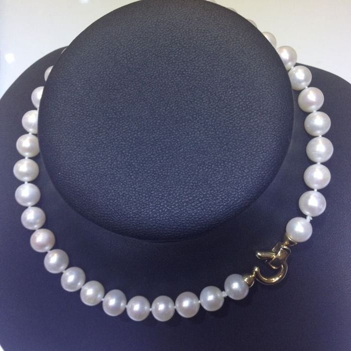 Impressive freshwater pearl necklace with 10-11 mm pearls and 18 kt gold clasp weighing 5.83 g