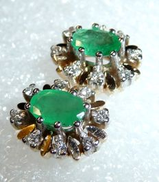 Earrings made of 14 kt yellow gold/white gold with 2 emeralds and 16 diamonds; dimensions: 11 x 10 mm, depth 6 mm
