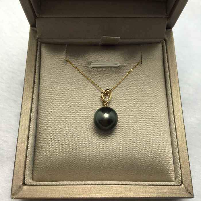 Tahitian black pearls, diamonds, gold necklace 18K. Pearl diameter 10.8 mm. * no reserve price *