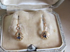 Gold 'sleeper' earrings and blue sapphire