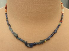 Roman empire - Roman necklace with blue / green iridescent glass and stone beads - 39 cm.