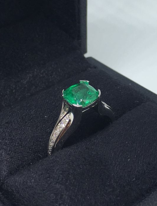 White gold ring centered by emerald with 20 diamonds - Size: 17.5 mm ( 7.5 USA)