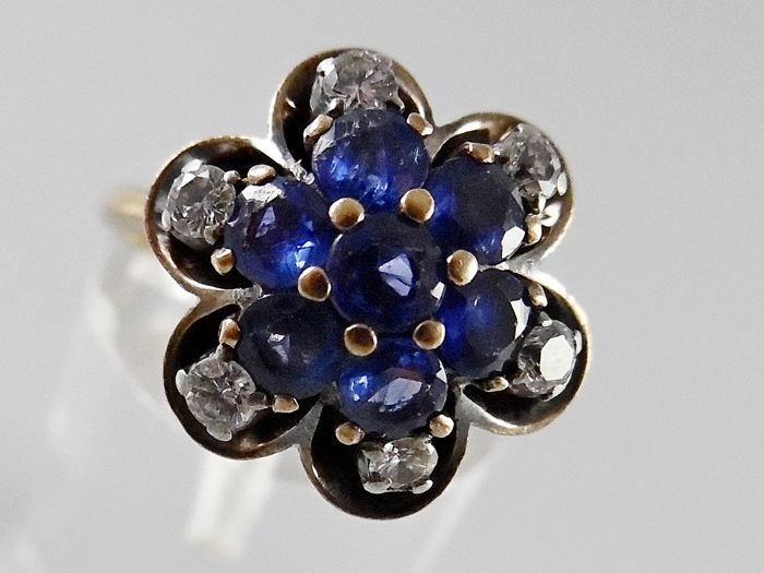 14 kt Yellow gold vintage ring 4.7 g wth 7 blue sapphires of approx. 0.95 ct in total and 6 diamonds of approx. 0.24 ct in total, size 17 (53)
