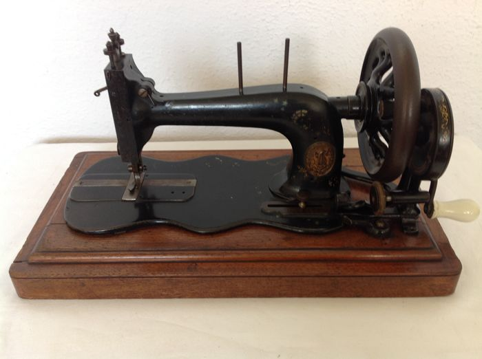 Antique Singer sewing machine - approx. 1870/1880.