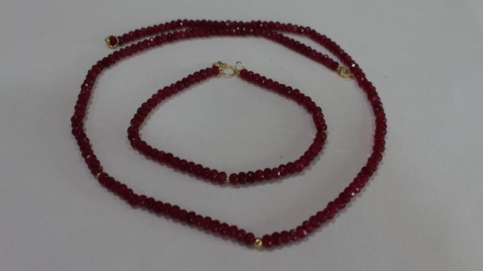 18 kt (750) gold necklace and bracelet for ladies with rubies of 4 x 3 mm and three gold beads in each piece