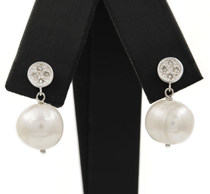 White gold 750/1000 (18 kt) - Earrings - Diamonds of 0.10 ct - Fresh water baroque pearls - Earring height: 21.10 mm