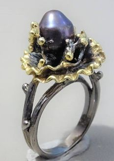 Unique handmade 925 silver ring with a black cultivated freshwater pearl.