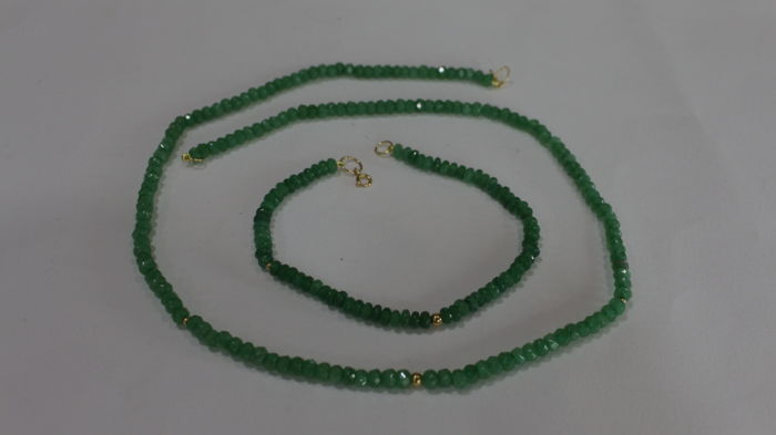 18 kt (750) necklace and bracelet for ladies with emeralds of 4 x 3 mm and three gold beads in each piece