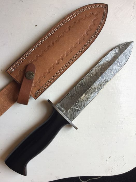 Good quality  handmade of 256 layers of damascus hunting bowie  knife .